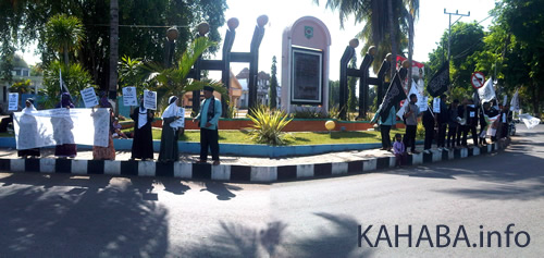 Aksi unjukrasa HTI menolak penyelenggaraan Miss World 2013. Foto: Arief
