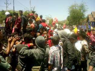 Aksi IPM dan IMM di depan Polres Bima. Foto: Bob
