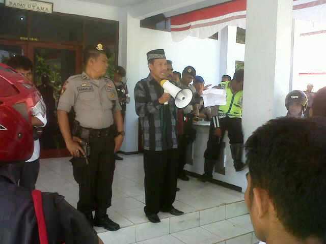 Massa Demonstran hanya diterima oleh Ketua Komisi IV DPRD Kabupaten Bima. Tiga Unsur Pimpinan, Kabur. Foto: Dedi