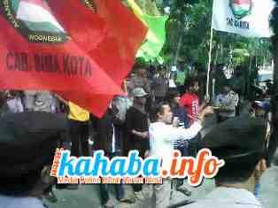 Massa aksi Aliasindo saat unjuk rasa di depan kantor Dikpora Kabupaten Bima, Senin, 30 September 2103. Foto: Gus