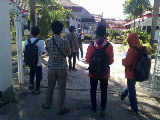 Saat pengunjukrasa berorasi di gerbang gedung DPRD Kabupaten Bima