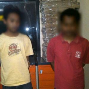 R (21) dan H (26) warga asal Kelurahan Penatoi yang ditangkap petugas karena memiliki ganja, Kamis, 5 September 2013