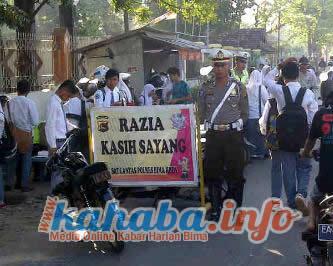 'Razia Kasih Sayang' yang digelar Sat Lantas Polres Bima Kota di salah satu titik di Kota Bima. Foto: Bob