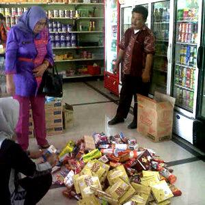 Penyitaan sejumlah produk makanan dan minuman kedaluwarsa dalam razia  yang dilakukan Dinas Koperindag Kota Bima di swalayan Mai Mart.