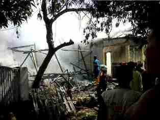 Keadaan rumah yang terbakar di Kelurahan Rontu. Foto: Dewa