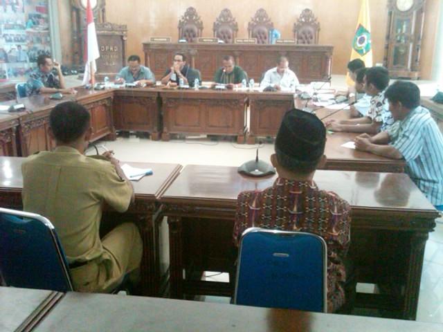 Sejumlah PNS yang menolak dimutasi, Curhat ke Komisi A DPRD Kota Bima. Foto: BIN