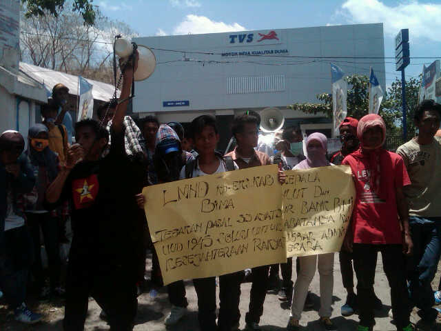Liga Mahasiswa Nasional Demokrasi (LMND) menggelar aksi didepan kantor Dinas Perikanan dan Kalautan (DKP) Kabupaten Bima. Foto: Dewa