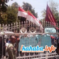 Demonstrasi Mahasiswa asal STKIP Tamsis di depan Gedung DPRD Kabupaten Bima, Senin (30/9/2013), dua pendemo akhirnya di tahan. Foto: Buser