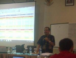 Ismail Amir, saat menyampaikan materi postur APBD Pemkab Bima TA 2013. Foto: AGUS