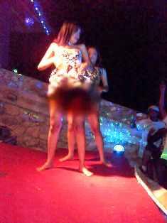 Dua penari erotis yang didatangkan saat acara di Hotel Kalaki Beach beberapa waktu yang lalu.