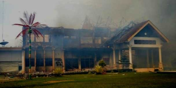 Kantor Pemkab Bima yang terbakar di wilayah Kota Bima yang kini tak bertuan.