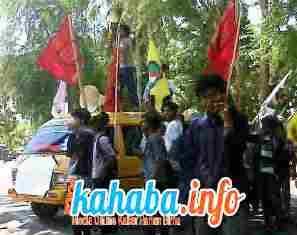 Aktivis gelar demonstrasi di depan kantor Dikpora Kabupaten Bima, Senin, 7 Oktober 2013. Foto: GUS