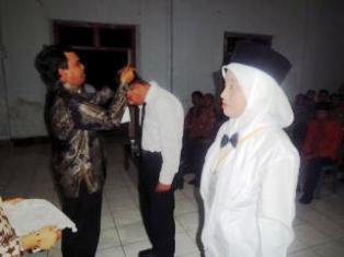 Penanggalan tanda peserta oleh kepala BKD Kabupaten Bima, Tajuddin, SH, M.Si. Foto: Humas