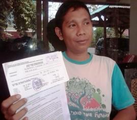Syahwan, ST, MT saat menunjukkan surat gugatan ke PTUN Mataram. Foto: BIN