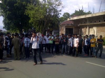 Himdo saat menggelar demontrasi di depan Mapolres Bima Kota, Rabu (30/10). Foto: AGUS