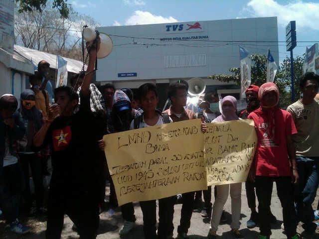 Aksi LMND pekan lalu, saat demonstrasi menuntut Kepala DKP Kabupaten Bima dicopot. Foto: DW