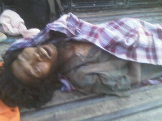 Mayat orang gila itu tergeletak dan diduga meninggal kelaparan. Foto: GUS