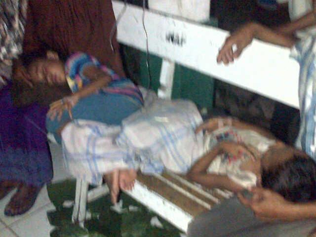 Korban keracunan yang tak tertampung lagi di ruangan rawat inap Puskesmas Sape, Sabtu Malam (19/10/13). Foto: Man