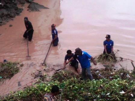 Antisipasi dini bahaya banjir, Kesbanglinmaspol Kota Bima bersihkan sampah sungai Padolo. Foto : BIN