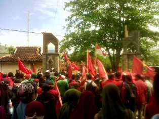 IMM unjuk rasa di depan kantor Pemkab Bima,  tuntut cabut izin Hotel Kalaki Beach. Foto: AMI