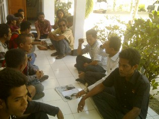 Belasan anggota HIMDOS saat menunggu Ketua DPRD Kabupaten Bima. Foto: AGUS
