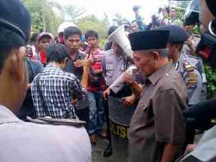 Ketua DPRD Kab Bima sepakat akan bersama HIMDOS ke DPRD Provinsi NTB dan Gubernur untuk menyampaikan aspirasi perbaikan jalan di Kecamatan  Soromandi. Foto: AGUS