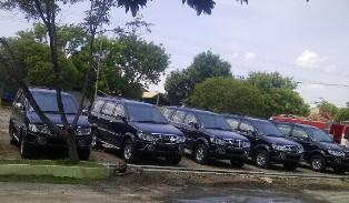 Mobil Dinas yang terparkir di depan kantor Bagian Umum Setda Kabupaten Bima. Foto: AGUS