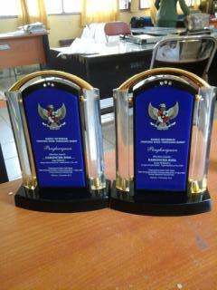 Dua penghargaan yang diraih Kabupaten Bima atas Pengelola Terbaik Informasi Publik. Foto: HUM
