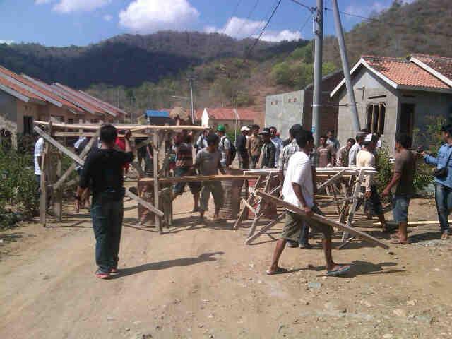Aksi penyegelan di Perumnas Kelurahan Sambinae awal November lalu. Foto: DEDY