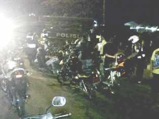 Polisi tindak balap liar di Amahami, Sabtu (16/11/2013). Foto: AMI