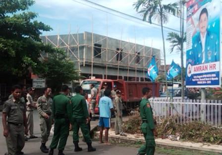 Pol PP Kota Bima tertibkan alat peraga. Foto : BIN