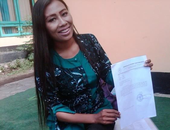 Wiwik menunjukan surat surat dan aket cerai yang dipalsukan suaminya. Foto : BIN