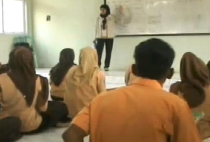 Siswa SMAN 2 Monta belajar di lantai.