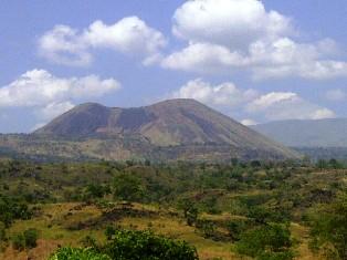 Gunung Tambora, dilihat dari arah Kecamatan Sanggar menuju Desa Kawinda To'i. Foto: AGUS