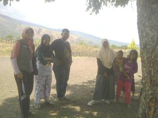 Empat orang Pengajar Muda (Lana, Eka, Tio dan Siska) yang mengabdi di Kecamatan Tambora. Foto: AGUS