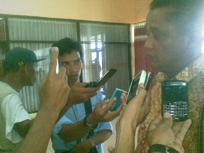 Kepala Dinas Pendidikan, Pemuda dan Olahraga (Dikpora) Kabupaten Bima, Drs. Zubaer HAR, M.Si saat menggelar konfrensi pers di Bandara Muhammad Salahudin Bima, Sabtu,  9 Noember 2013. Foto: BIN