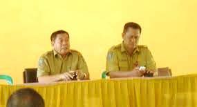 Drs. H. Syafruddin, M.Pd (kiri) dan Kepala Dikpora Kabupaten Bima, Drs. H. Zubair Har, M.Si. Foto: Kampung Media