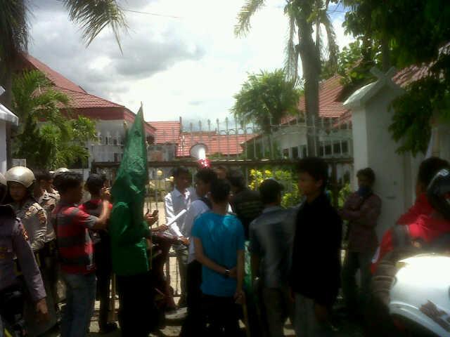 BEM STAIM dan STIH Muhammadiyah Bima saat aksi damai mendesak Dewan untuk menolak pengadaan Mobdis. Foto: AGUS