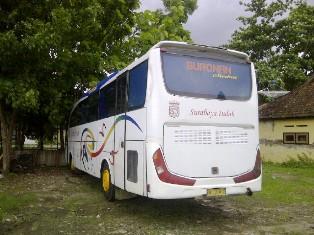 Bis Surabaya Indah yang diamankan di kantor Satlantas Polres Bima Kota. Foto: AGUS