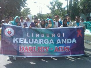 Komunitas Peduli HIV/Aids (KPHA) Kota Bima turun ke jalan menggelar kampanye bahaya pencegahan penyakit HIV/AIDS. Foto : Agus