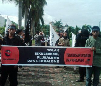 Puluhan anggota Hizbut Tahrir Indonesia (HTI) Bima, menolak keras kedatangan Prof. Dr. St Musdah Mulia, di Kota Bima. Penolakan itu diekspresikan melalui demonstrasi,  Senin (23/12/13). Foto : Agus