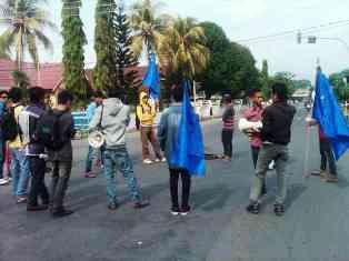 IMAPPA menggelar unjuk rasa menolak pertambangan di Kecamatan Parado, Senin (30/12). Foto: AGUS