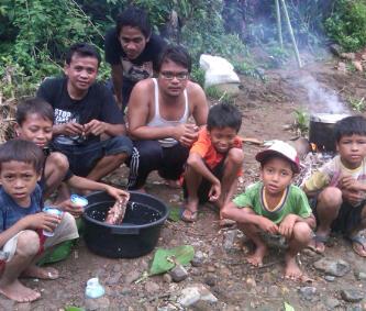 Anak-anak Desa Tarlawi saat membantu persiapan kemah MJC di So Diwu Dinah. Foto: BIN