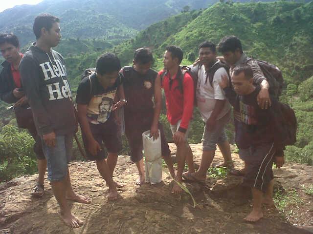Rombongan MJC di puncak gunung Kiwu Desa Tarlawi. Sekitar 800 meter di atas lokasi perkemahan. Foto: DEDY
