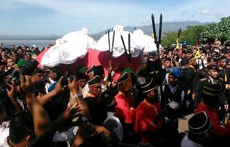 Ribuan orang hadiri pemekaman Bupati Bima di Perkuburan Raja Dana Traha, Jum'at, 27 Desember 2013. Foto: SYARIF
