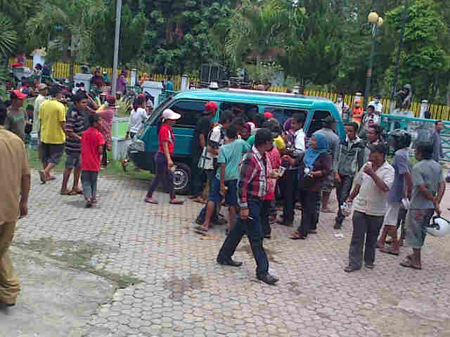 Massa FPK saat di halaman gedung DPRD Kota Bima.