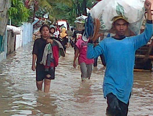 Suasana saat warga mengungsi karena banjir. Foto: YUDHA