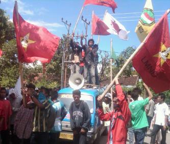 Massa yang tergabung dalam Mahasiswa dan Pemuda Pro Revolusi (GEMPUR) menggelar aksi di kantor DPRD Kabupaten Bima, Senin (2/12) lalu. Foto : Syarif