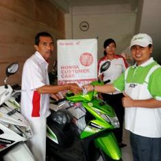 Direktur Sentral Muslim Group, Hadi Santoso, ST, MM, saat menerima reward. Foto: AGUS