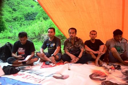 Suasana pemilihan pengurus MJC Periode 2013-2014 dalam kegiatan Kemah Jurnalistik di lembah pegunungan Desa Tarlawi Kecamatan Wawo Kabupaten Bima. Foto: AMI